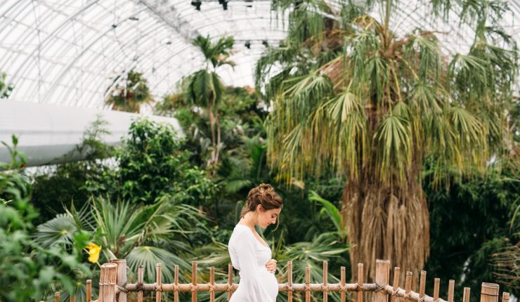 greenhouse-maternity-shoot_t20_v3mpY6