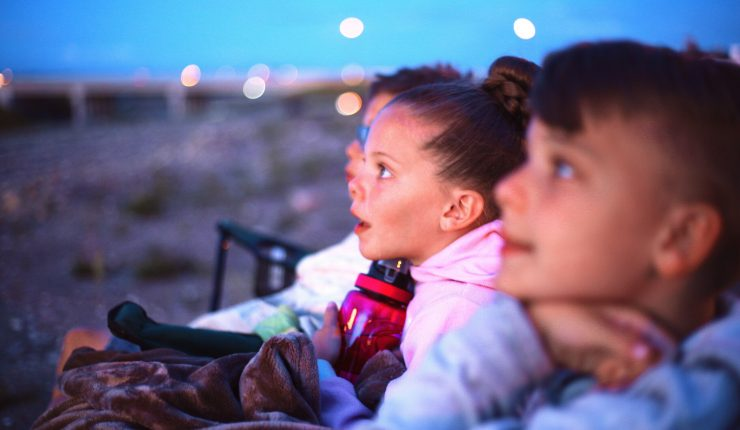 kids-watching-fireworks_t20_doA6Xb
