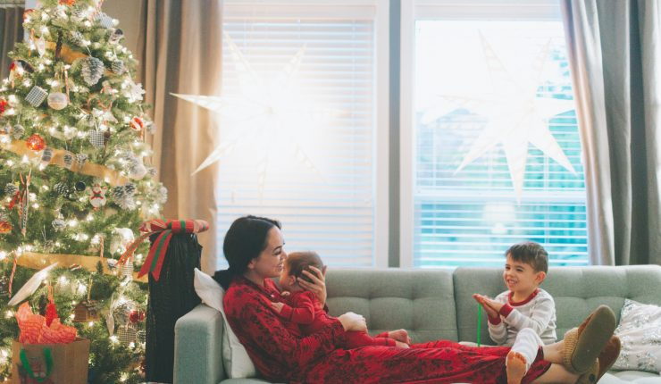 a-mother-and-her-two-children-on-the-couch-on-christmas_t20_AVQGrZ