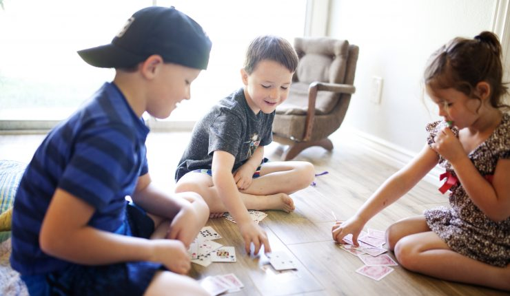 kids-playing-cards-on-the-floor-at-home_t20_ne1W9K