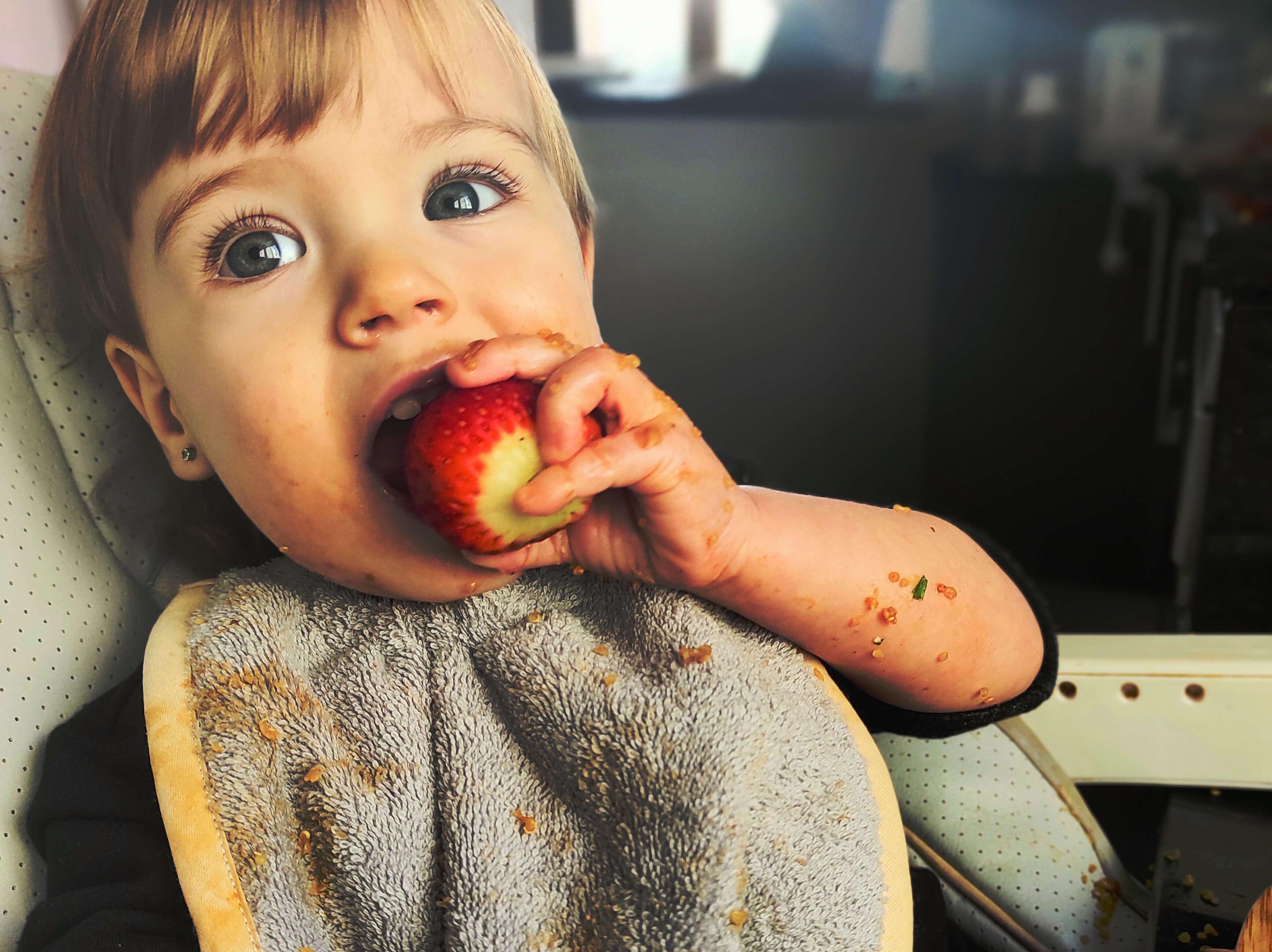Nora comiendo una fresa